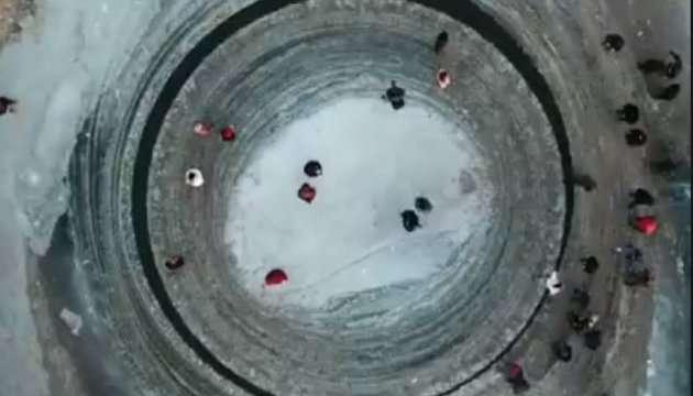 Мистический ледяной круг образовался нареке в«Поднебесной»